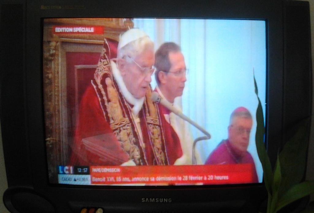 Benoît XVI lisant sa lettre de renoncement