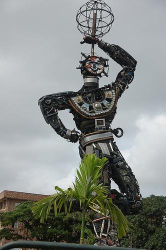 Statue de la Nouvelle Liberté, Faite de récupérations métalliques, symbole de l'inventivité et de la débrouillardise des doualaens. - DW Akademie. Licence Creative Commons BY-NC 2.0