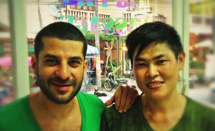 ... et son coiffeur asiatique.